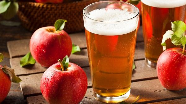 Dùng hỗn hợp bia cũng như giấm táo điều trị gàu tại nhà