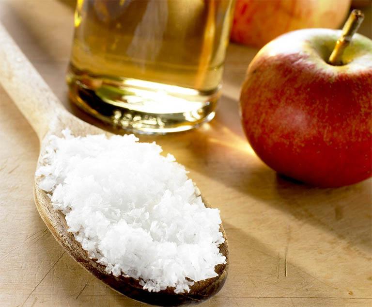 Cách trị gàu bằng muối kết hợp cùng với dầu gội cũng như giấm táo