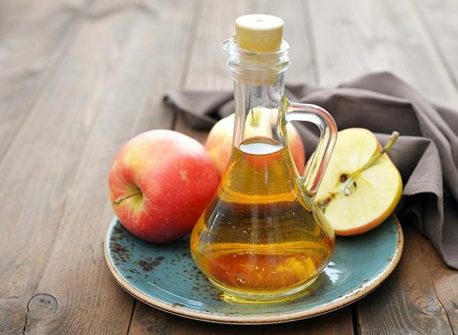 Tại sao giấm táo có thể trị gàu hiệu quả?