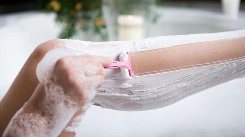 cách cạo lông chân bằng dầu xả