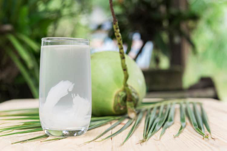 nước dừa ăn để tránh thai sau quan hệ