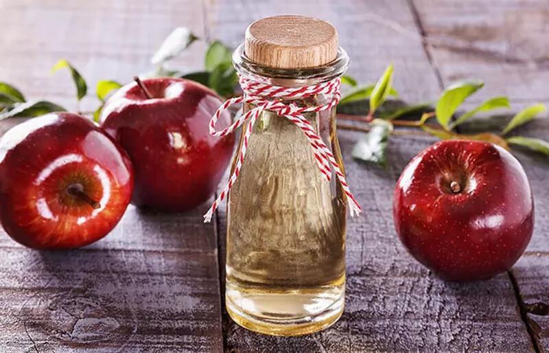 Giảm tóc bị rụng và loại trừ gàu với giấm táo