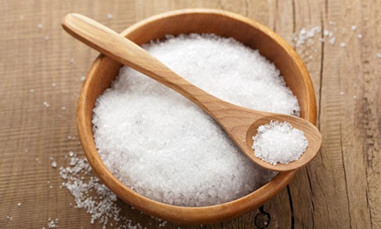 Muối trắng giúp giảm gàu và giảm bớt rụng tóc