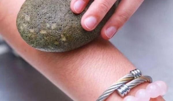 Phương thức làm rụng lông chân với đá cuội