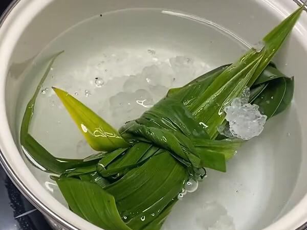 Nấu nước đường làm chè khúc bạch phô mai