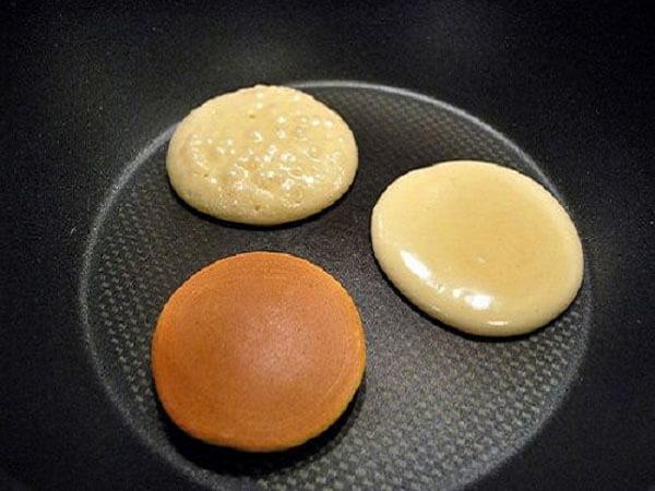 Rán bánh pancake truyền thống