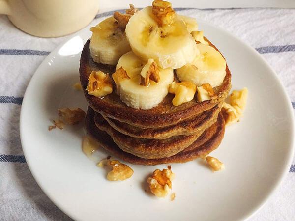 Thưởng thức bánh pancake chuối