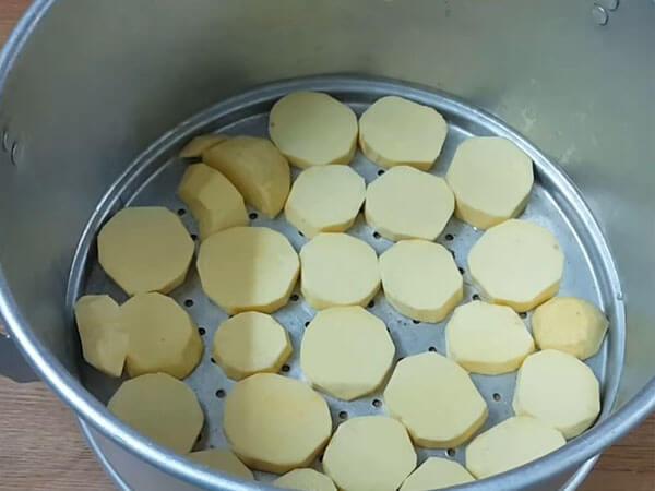 Sơ chế khoai lang làm bánh