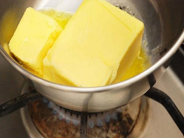 Nấu chảy bơ để làm bánh ngũ cốc hạnh nhân