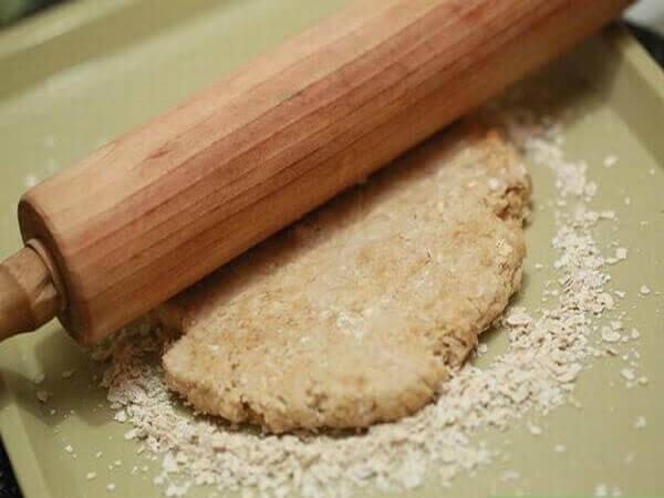 Trộn và tạo hình cho bánh yến mạch ăn kiêng