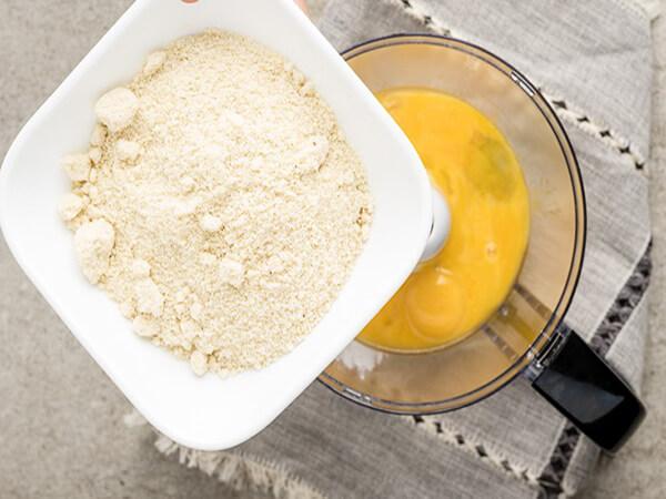 Trộn bột bánh keto bông lan trứng muối