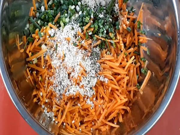 Sơ chế nguyên liệu làm bánh cà rốt chiên giòn
