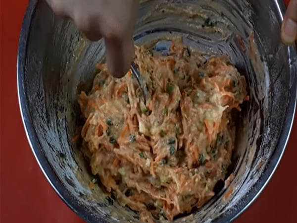 Trộn bột bánh cà rốt chiên giòn