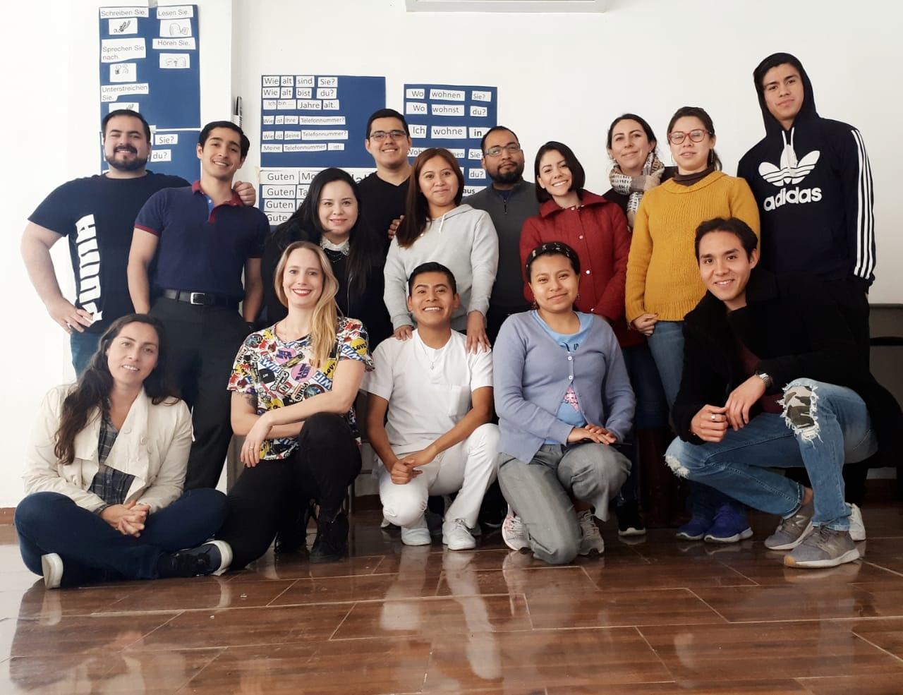 Gruppe mexikanischer Pflegekräfte beim Deutschlernen