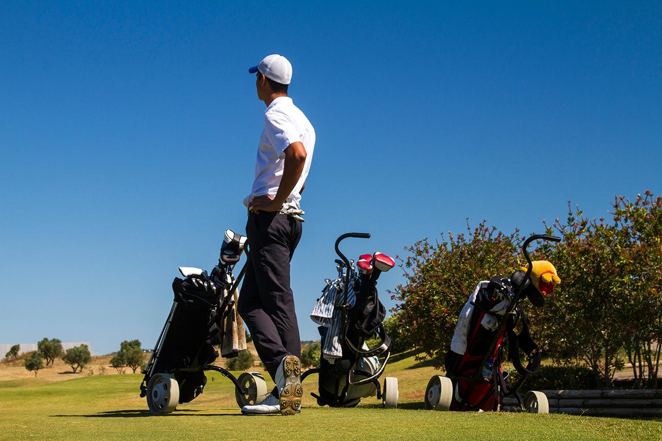 Golfista no campo de golfe do Algarve