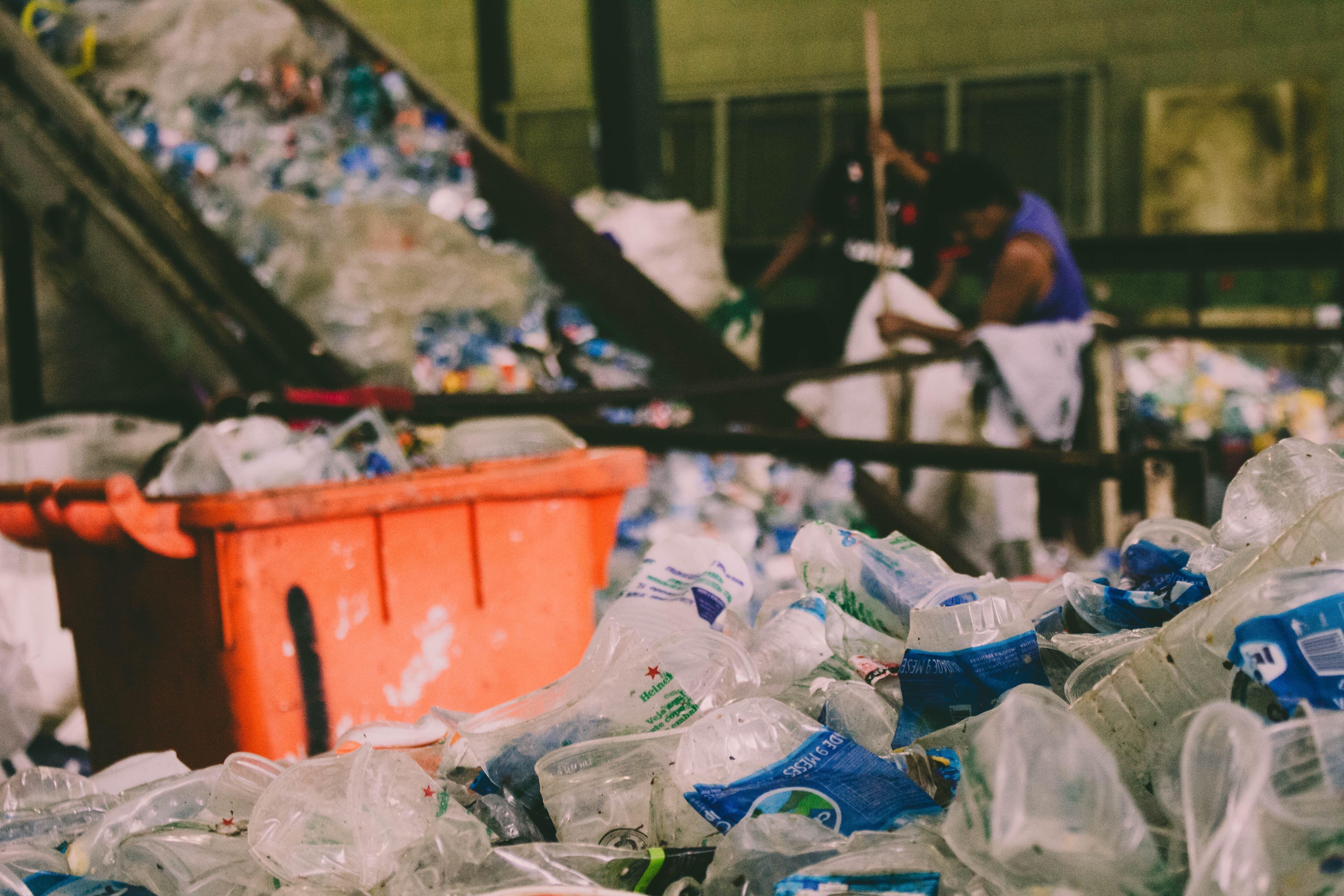Na prática, a logística reversa se caracteriza pela coleta e reciclagem de produtos e seus resíduos após seu consumo