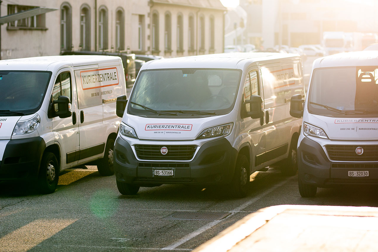 Auto Kurier delivering package