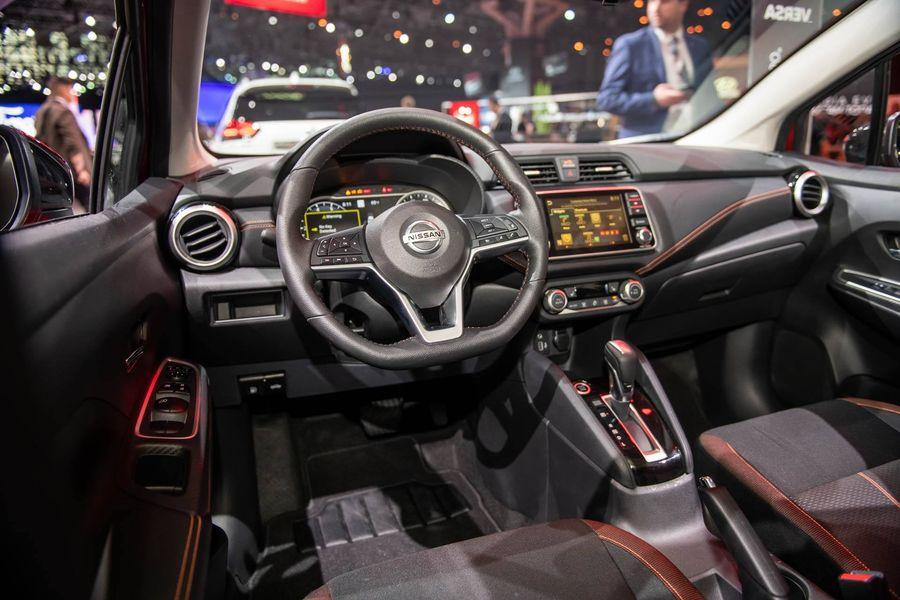 Nissan Sunny 2020 được trang bị vô lăng 3 chấu bọc da dạng đáy phẳng