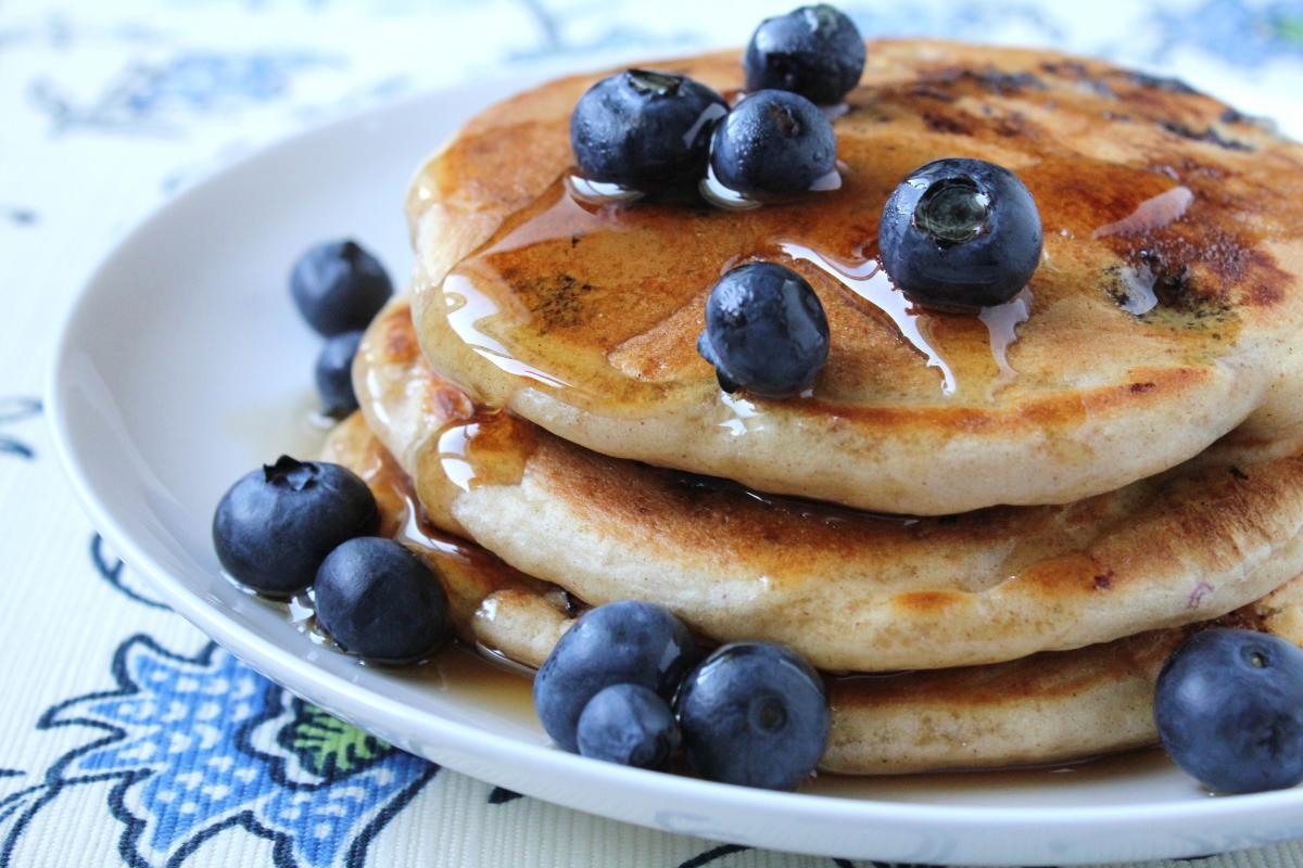 Hotcakes con Mora Azul y Chía