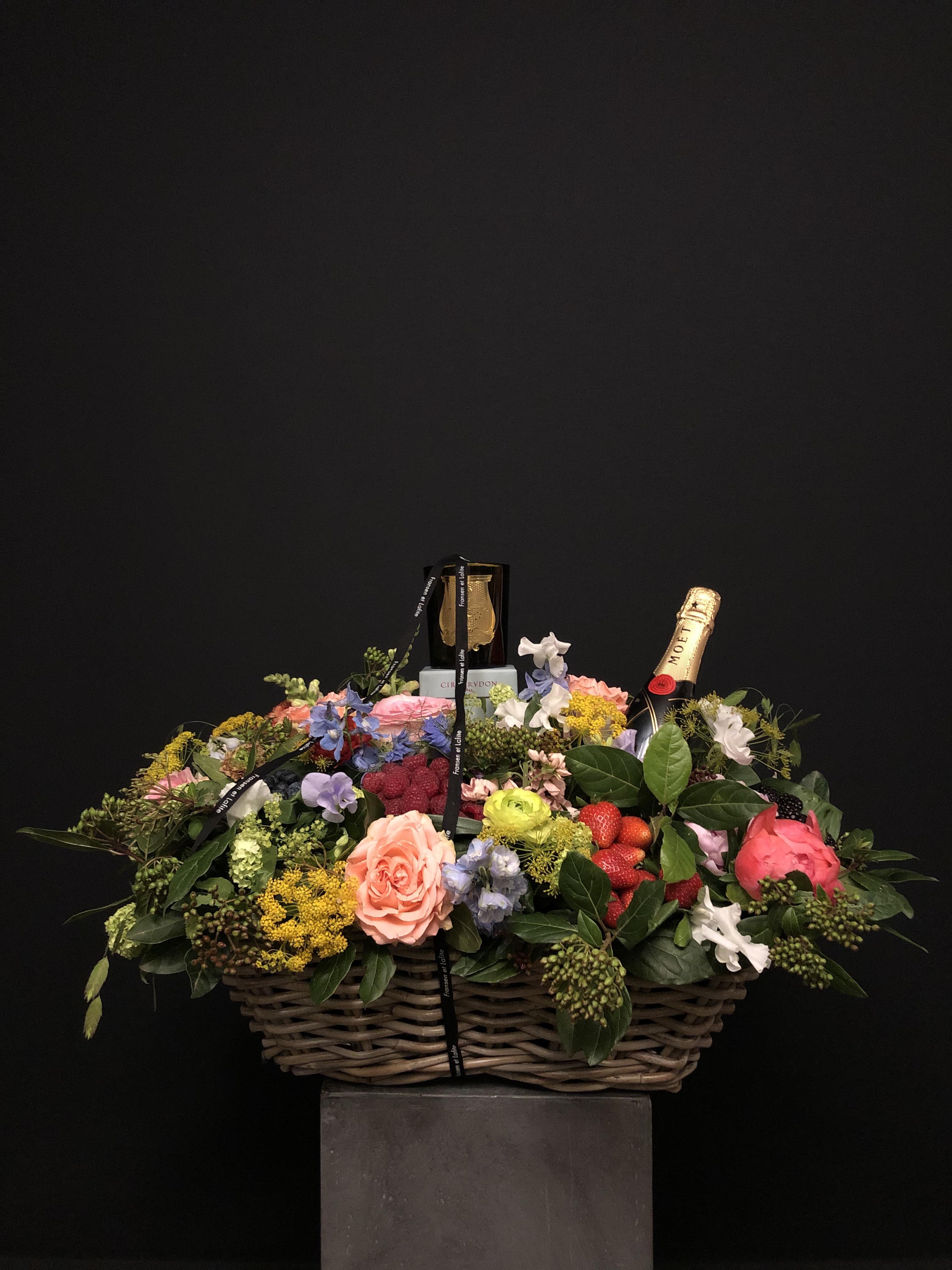 Cesta XL con flores, frutas, champagne Moët Chandon y vela Cire Trudon