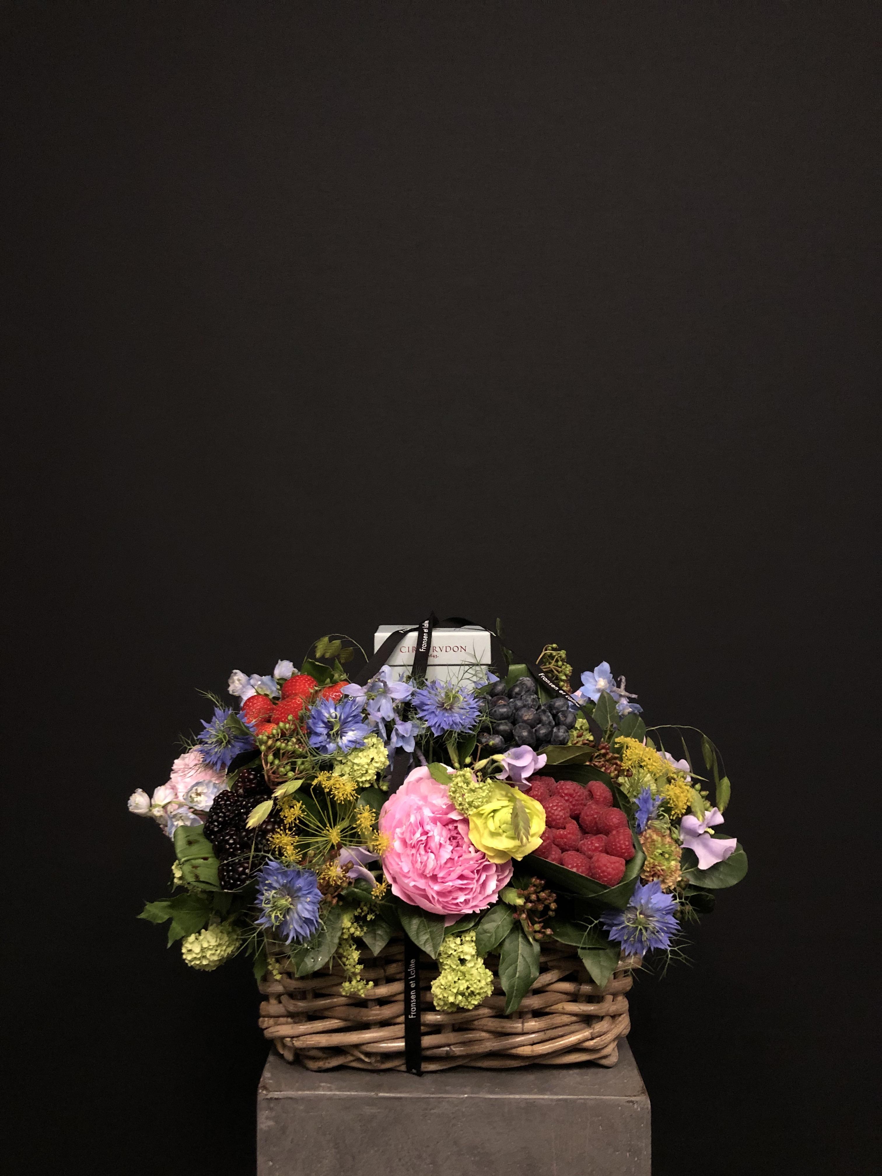 Cesta con flores, frutas y vela Cire Trudon