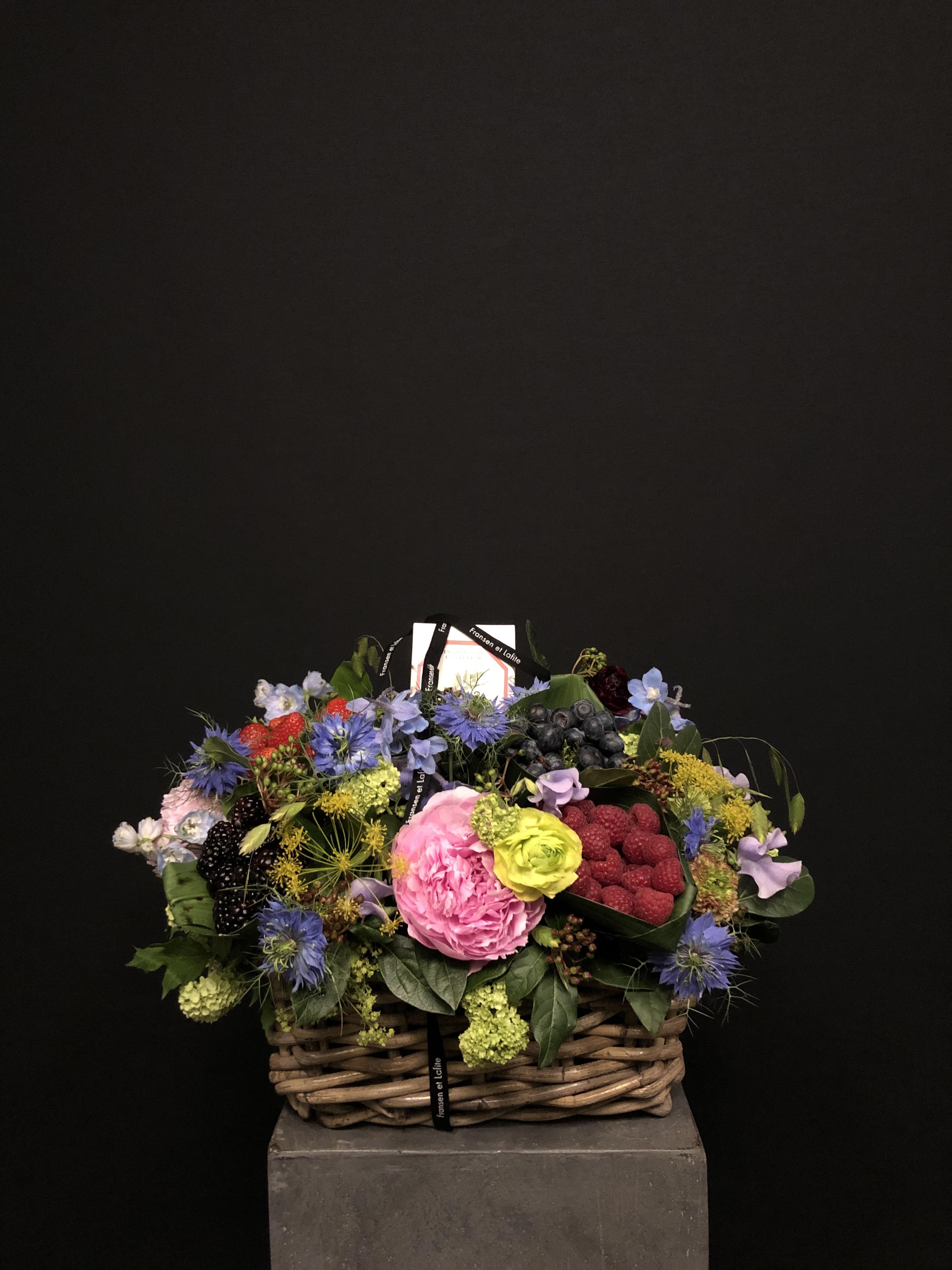 Cesta con flores, frutas y vela Carrière frères