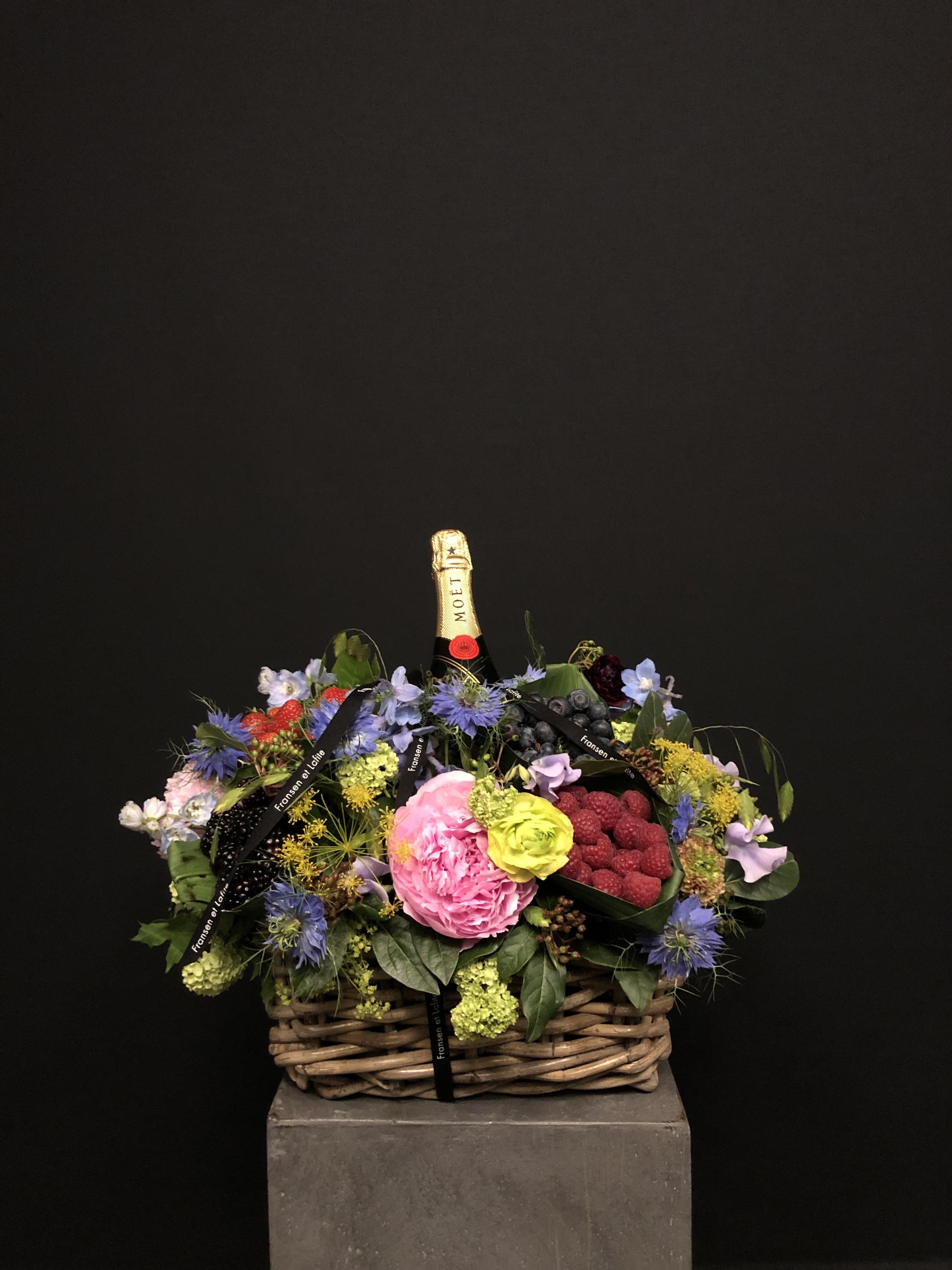 Cesta con flores, frutas y champagne Moët Chandon