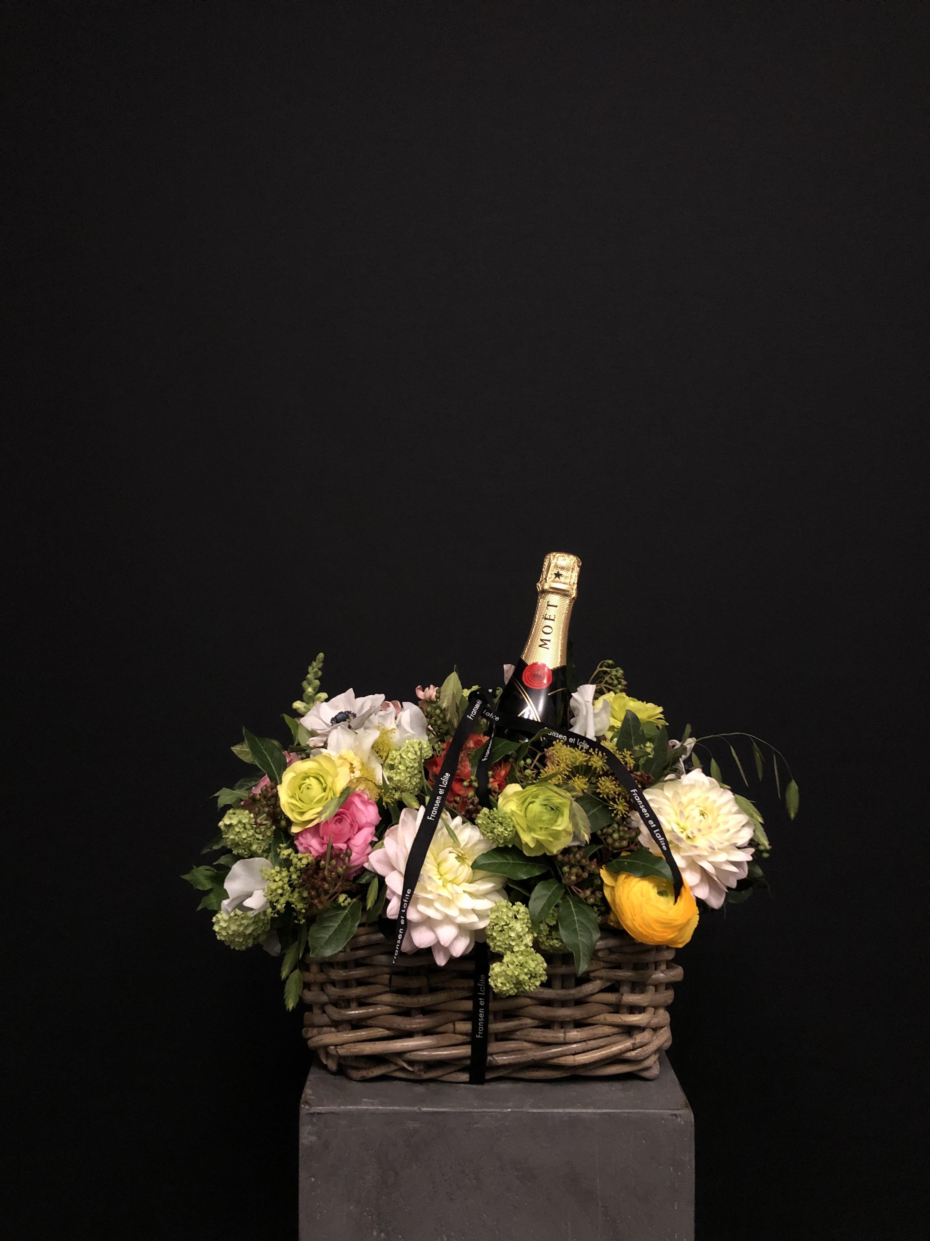 Cesta con flores y champagne Moët Chandon