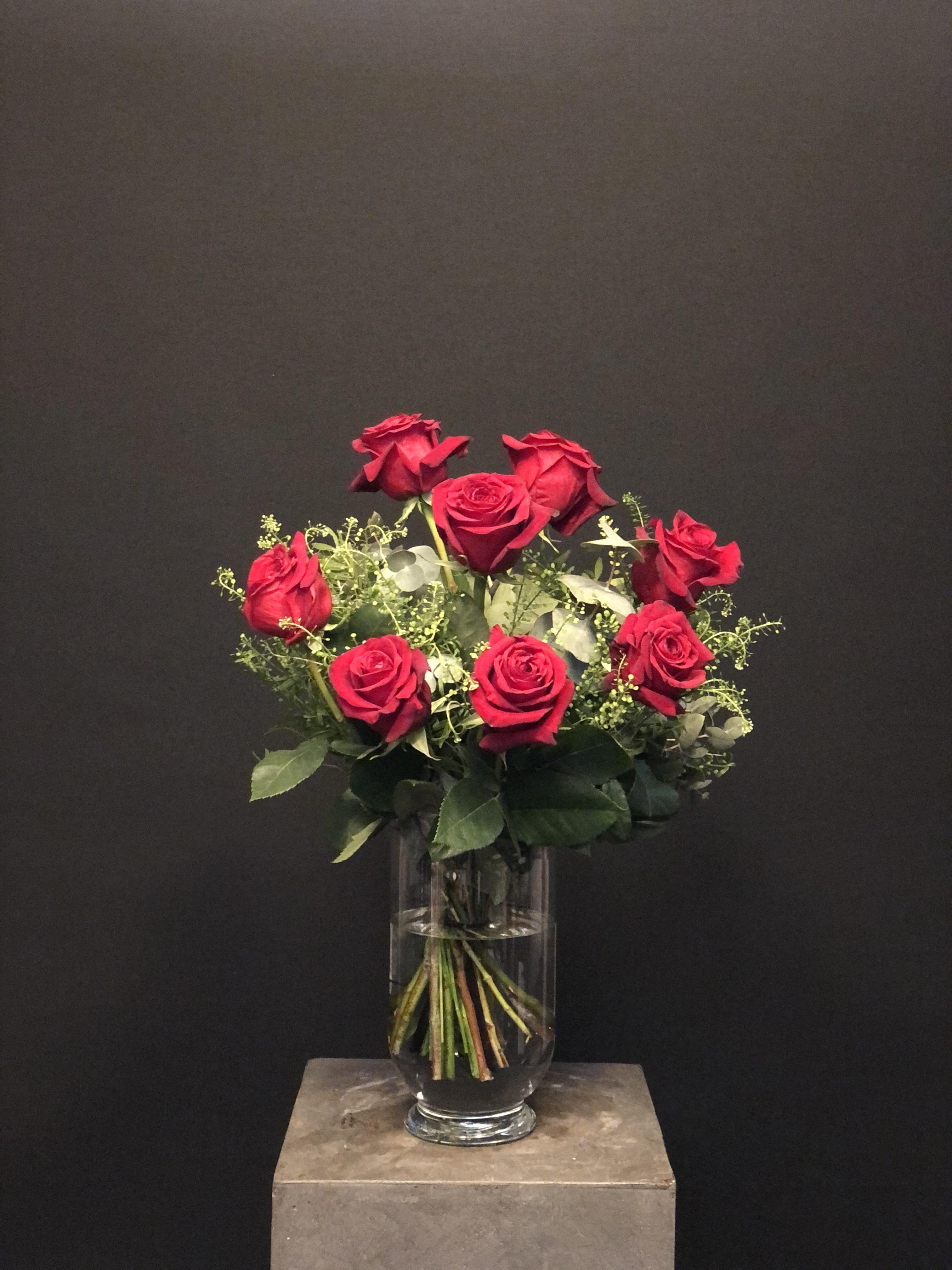 Ramo San Valentin 8 rosas con verdes con jarrón