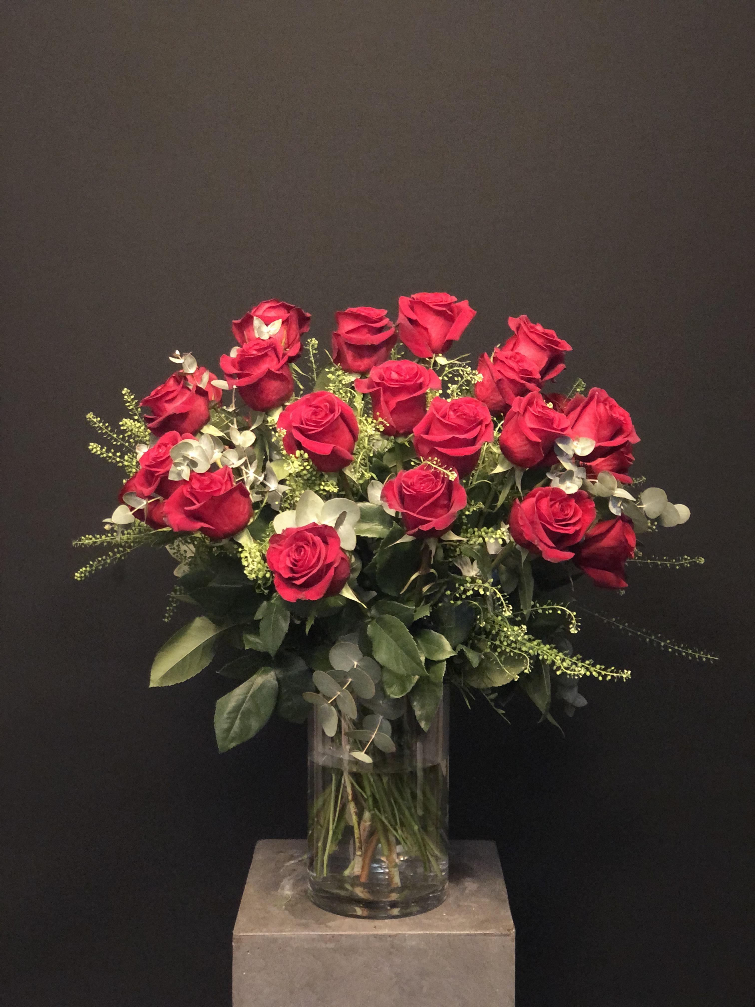 Ramo San Valentin 24 rosas con verdes con jarrón