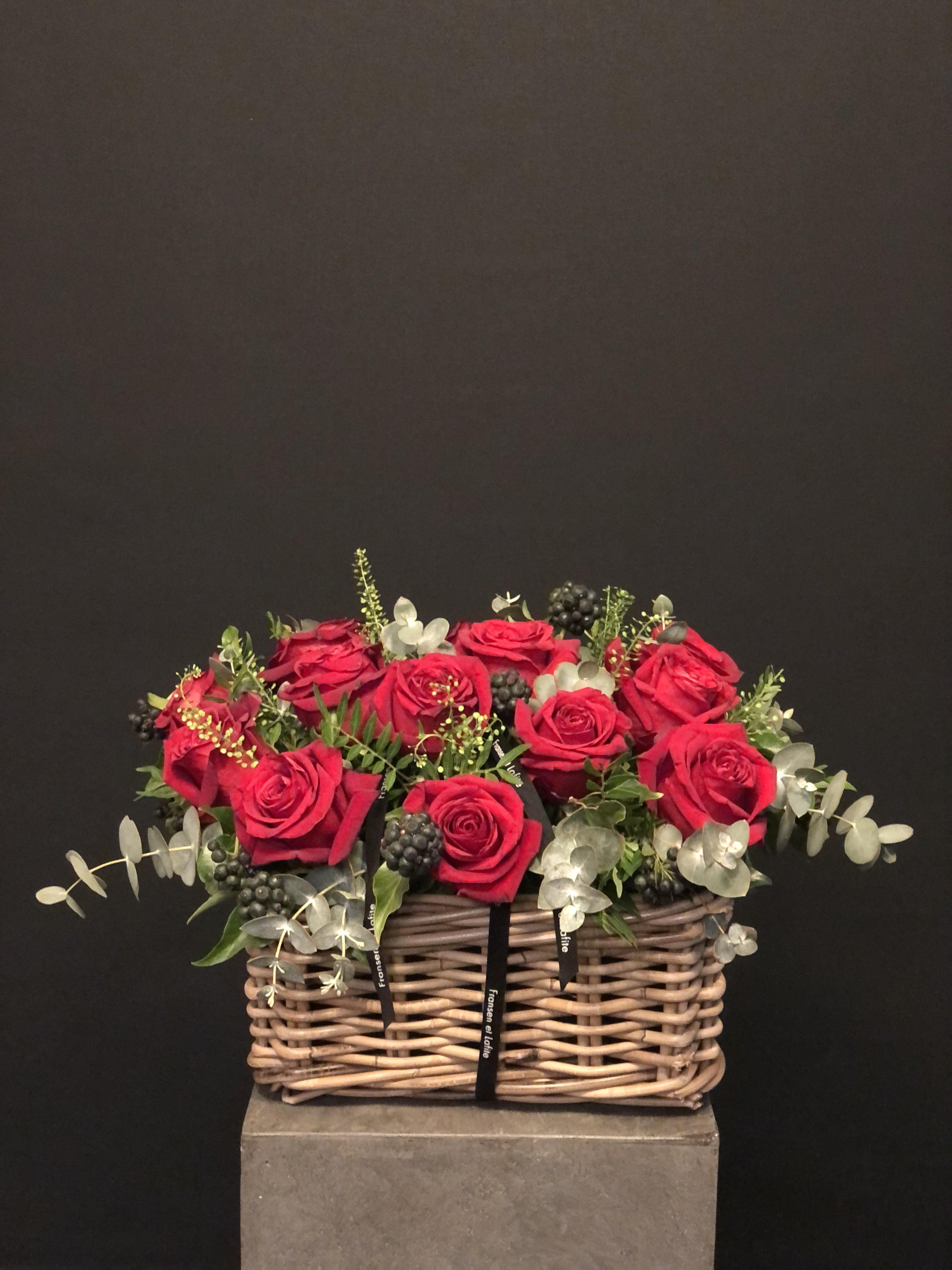 Cesta San Valentin con rosas rojas