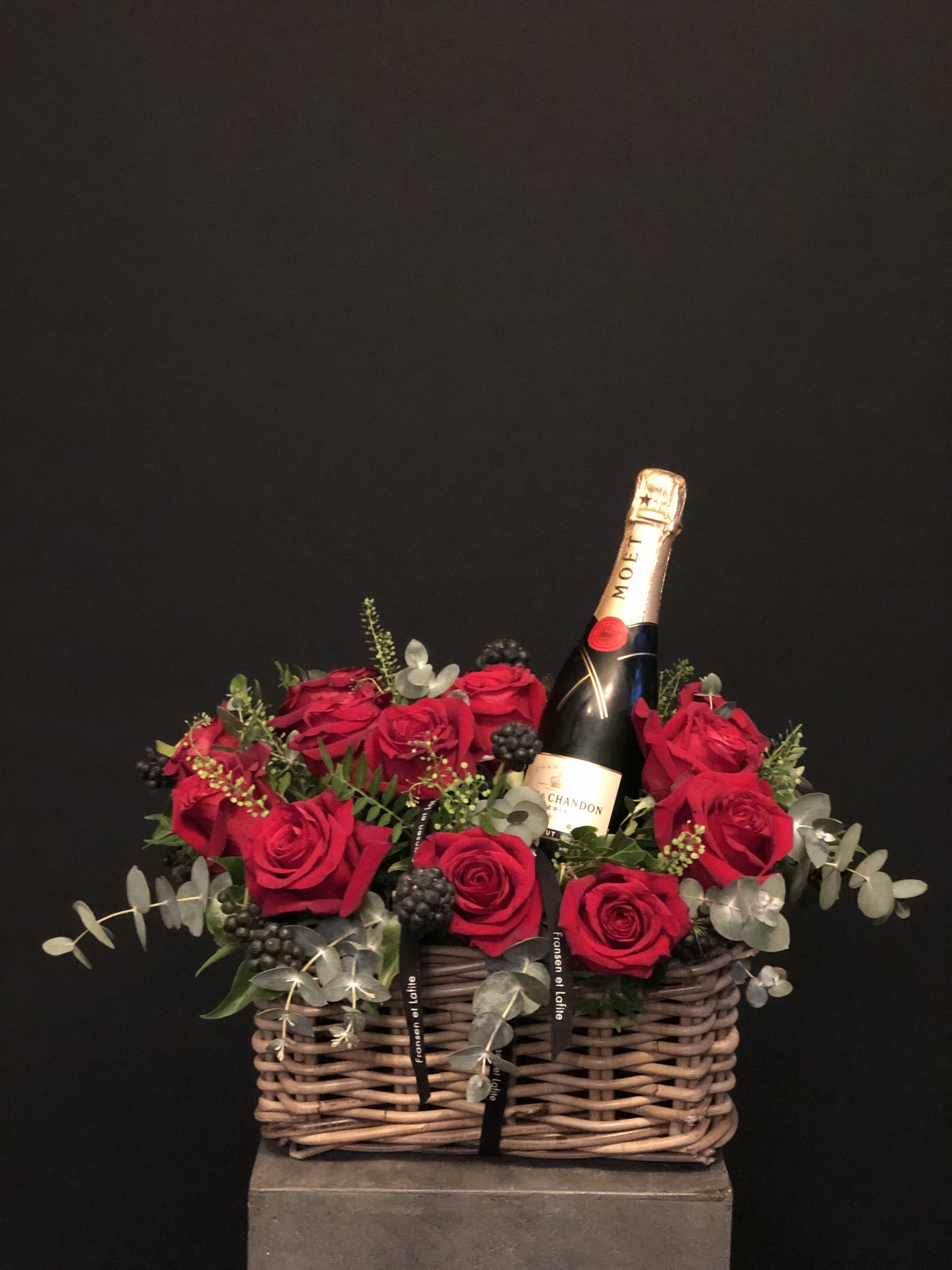 Cesta San Valentin con rosas rojas y Moet Chandon 375 ml
