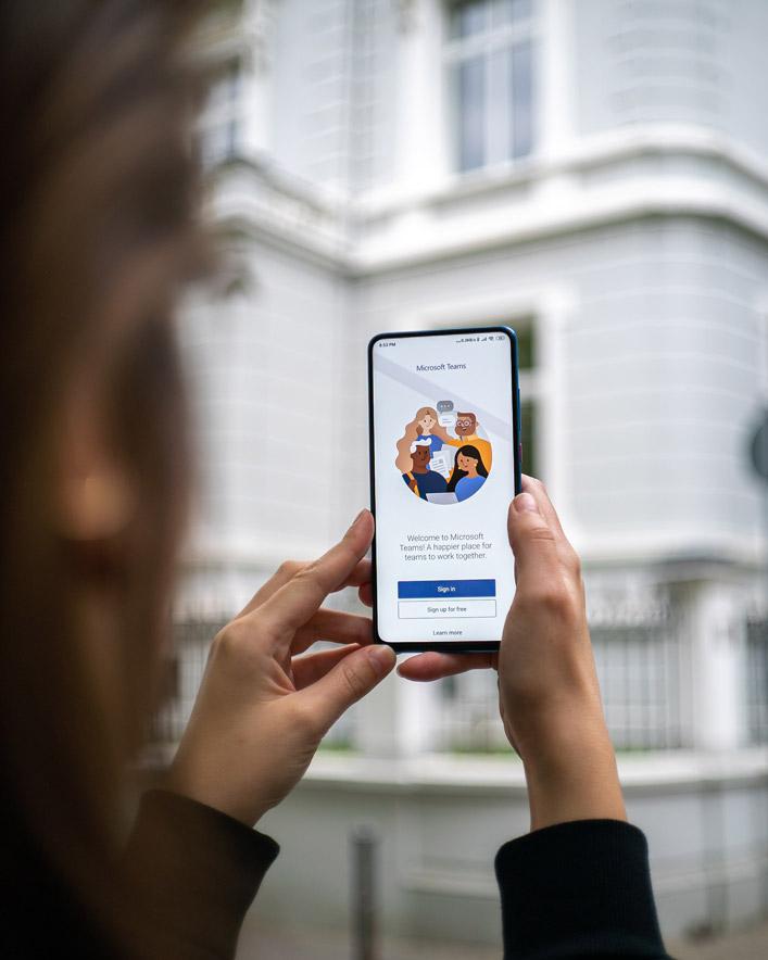 En bild av en kvinna som håller i en telefon