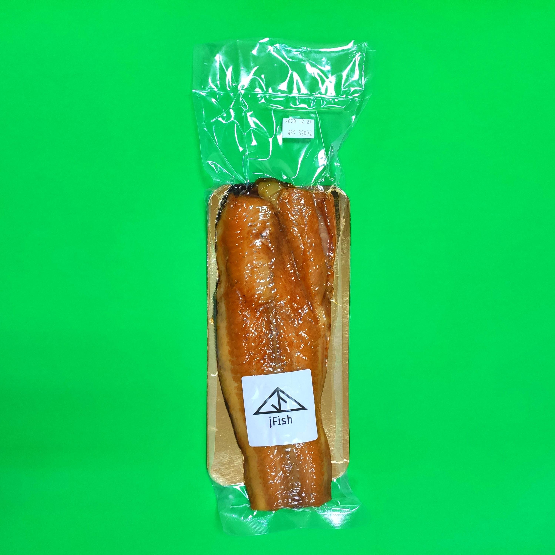Karštai rūkyta šamo filė su oda ir papilvėm, vakuumuota, 200+ g, kaina-19 Eur/kg