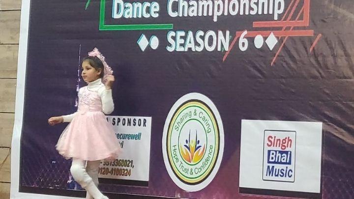 kid performing dance at nimt school ghaziabad