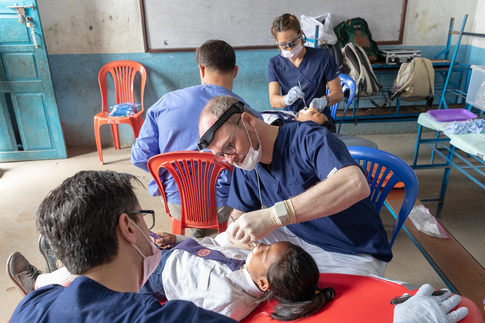 Zahnärztliche Behandlung eines Kindes im Rahmen eines gemeinnützigen Projekts