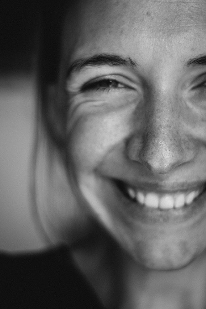 Lächelnde Person mit weißen Zähnen