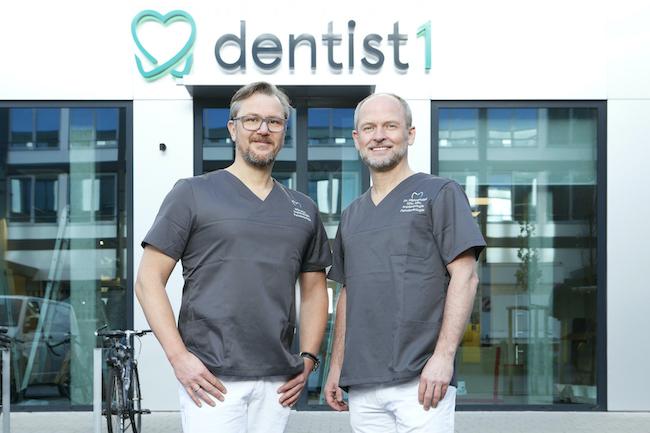 dentist1 Zahnarzt Wolfgang Pfannenstiel und Peter Blüthmann vor der Praxis