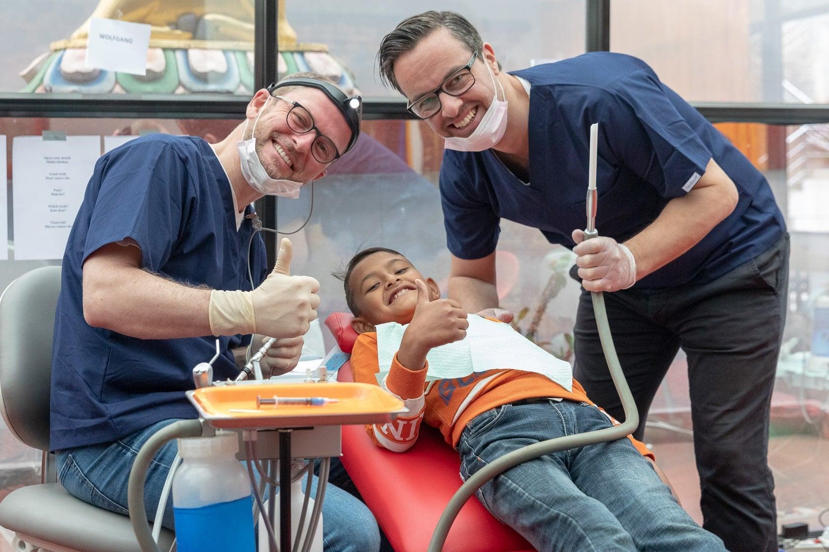dentist 1 - Frau tippt auf Laptop