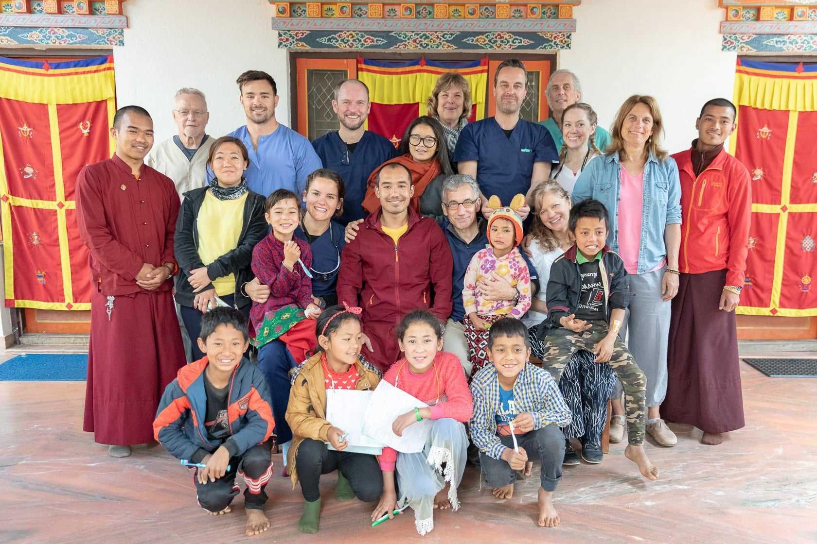 Gruppenfoto mit dentist1 Zahnärzten und Kindern im Rahmen eines gemeinnützigen Projekts