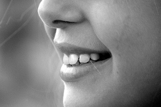 Lächelndes Mädchen mit gesunden Zähnen