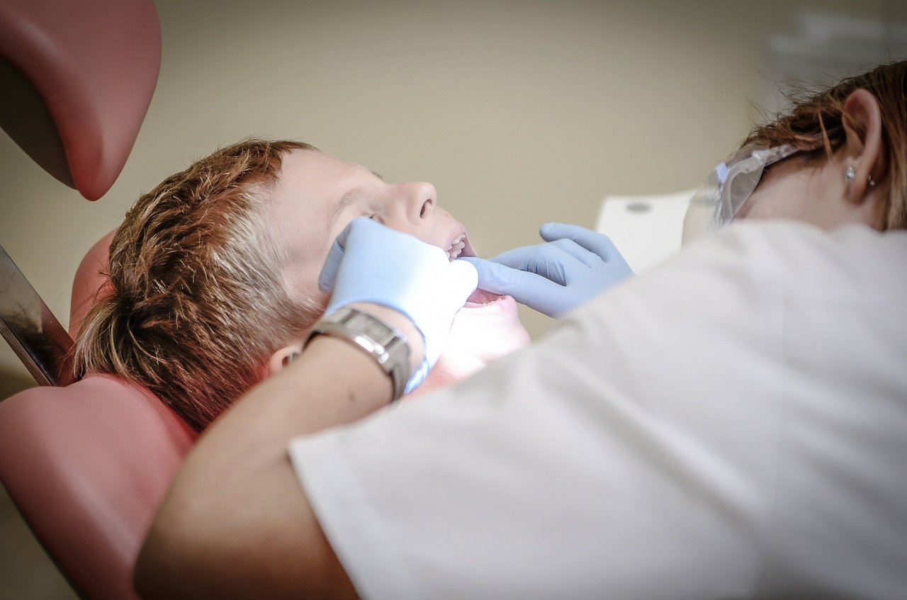Kind während Parodontitisbehandlung