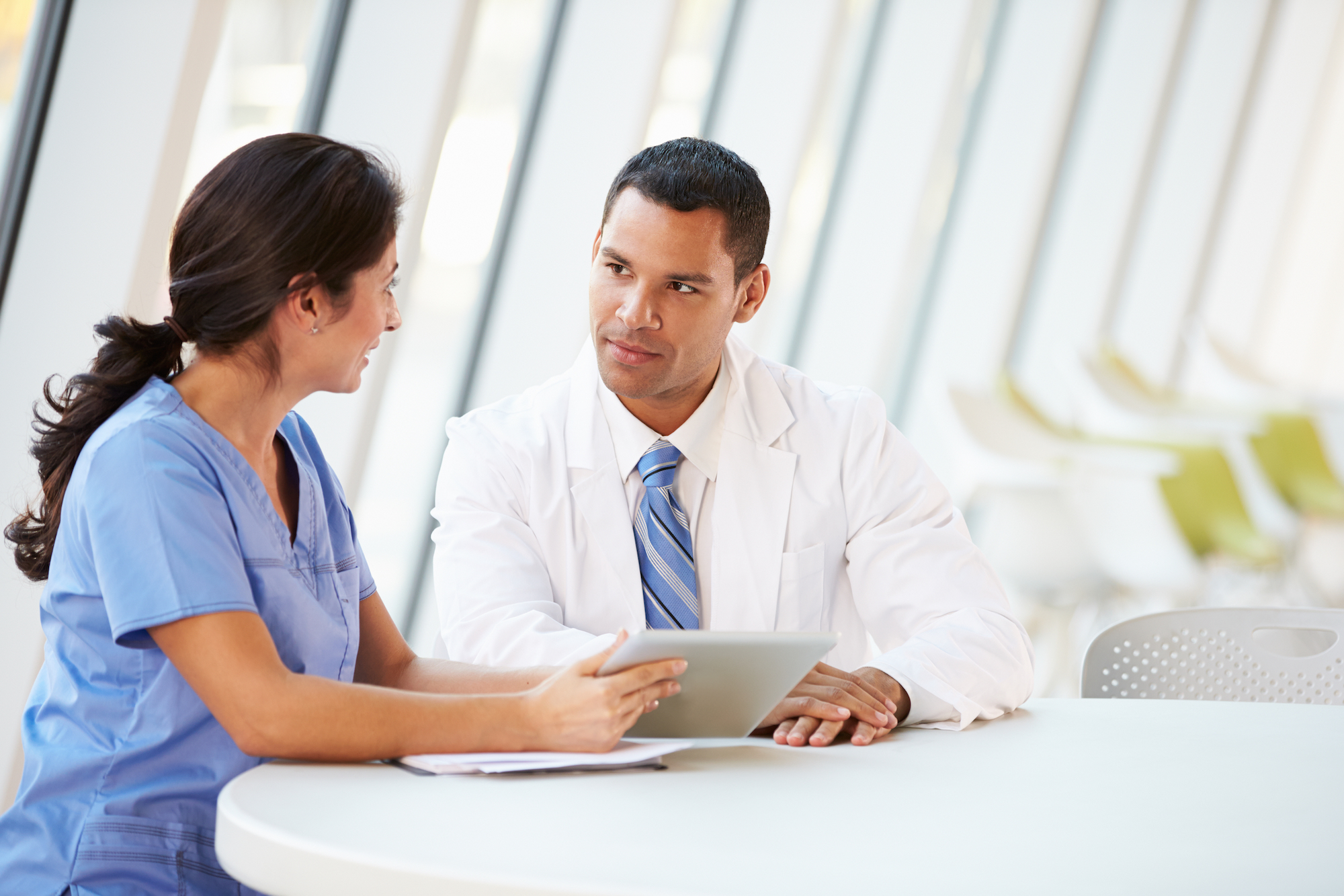 Man helpt dokter bij de implementatie van SmartMed