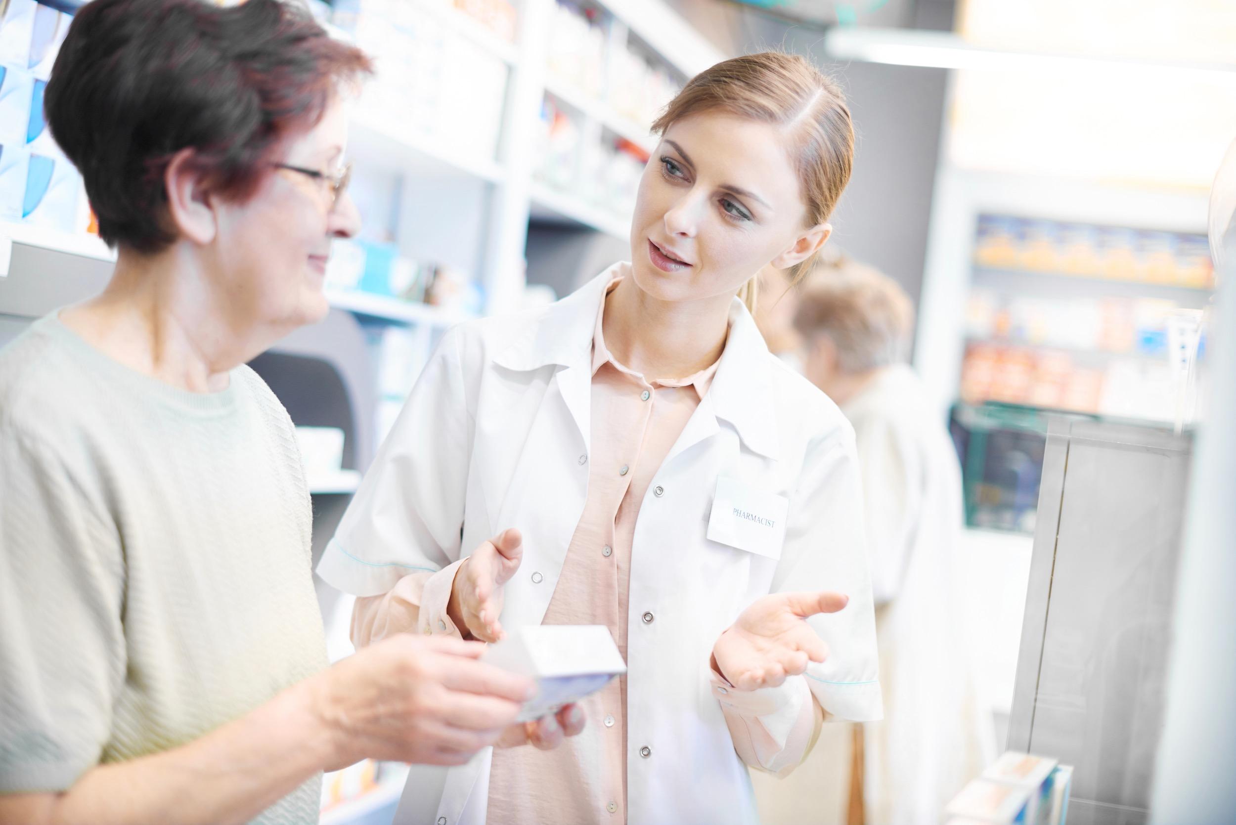 Apotheker legt de werking van een medicijn uit
