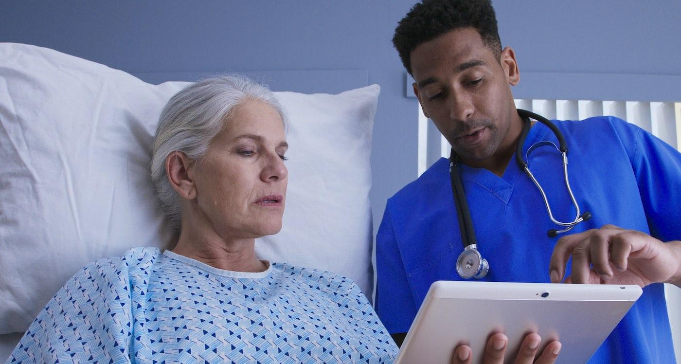 Vrouw praat met patiënt in zorginstelling