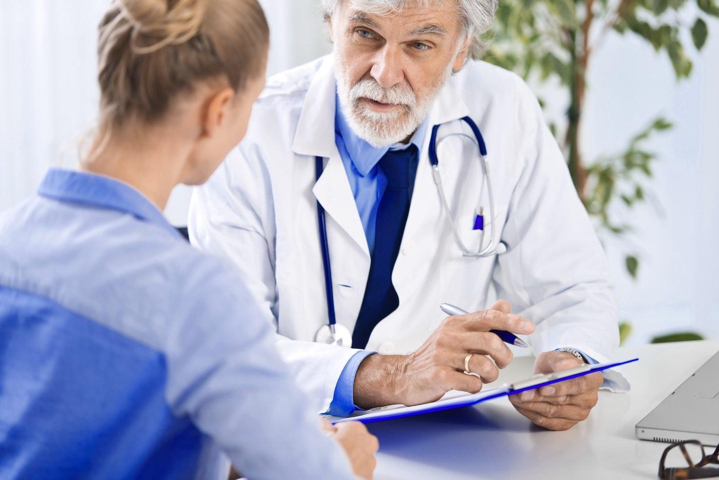 Zorgverlenende dokter praat met haar patiënt