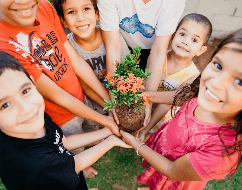 Crianças plantando uma árvore
