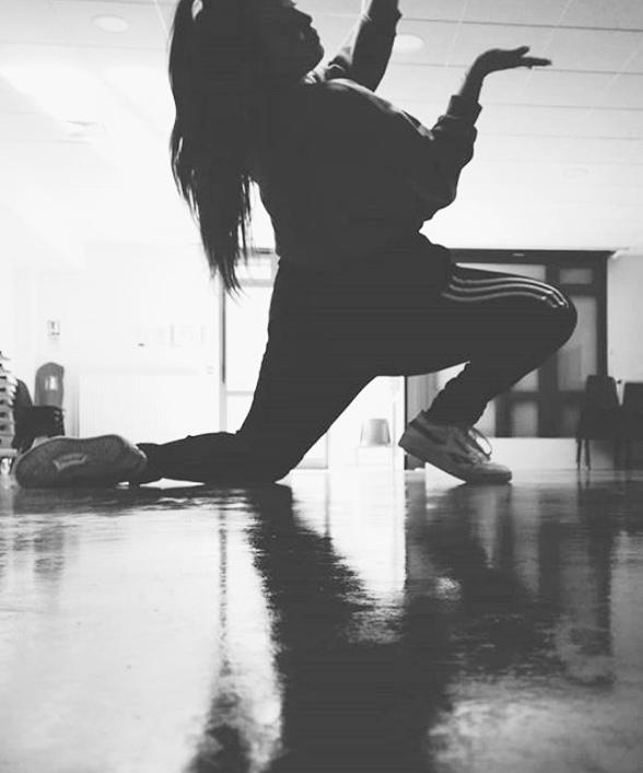 L'atelier hip hop propose l'apprentissage de la danse debout (et non le break) avec des mélanges de popping (contraction et décontraction des muscles), locking (mouvements fluides et stylisés des bras et jambes) et un travail sur les effets de déplacements et de mouvements d'ensemble. C'est une danse à la fois ludique, énergique et très créative.