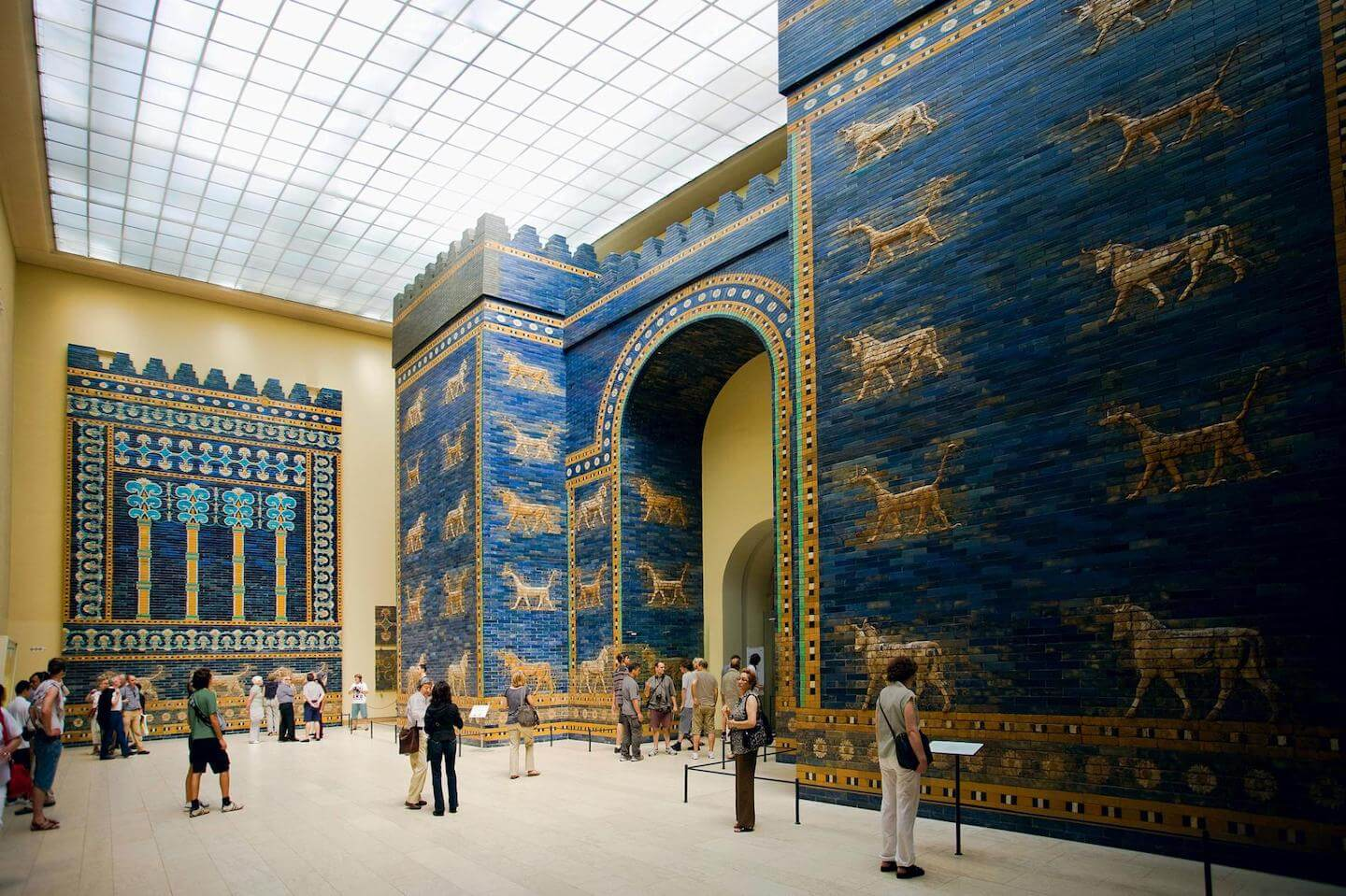 Photo of the blue and golden Ishtar Gate in Berlin.