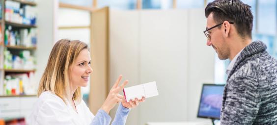 Openbare apotheker praat met een klant